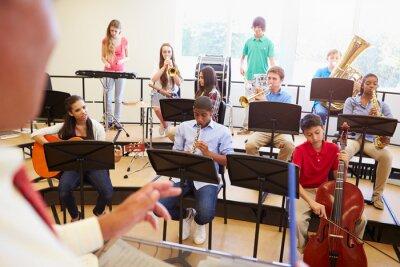 Image Les élèves jouant des instruments de musique dans l'orchestre scolaire