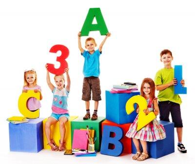 Image Les enfants assis au cube.