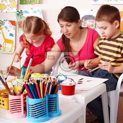 Les enfants avec les enseignants dessiner la peinture dans la salle de jeux. Préscolaire.