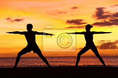 les gens de yoga formation et méditant guerrier posent