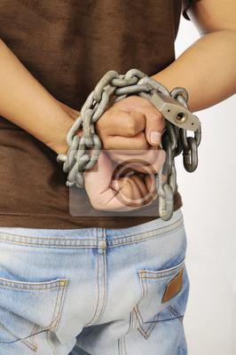 Les mains de l'homme attachées avec des chaînes