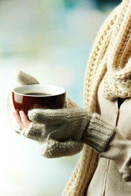 Image Les mains des femmes avec boisson chaude, sur fond clair