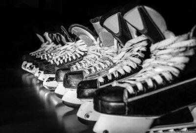 Image Les patins de hockey alignés dans le vestiaire