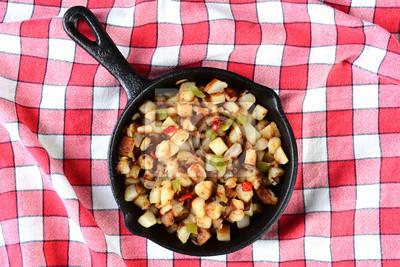 Les pommes de terre dans une poêle à Obrien Rouge Vérifié Table Cloth