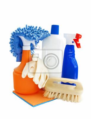 Les produits de nettoyage isolés sur fond blanc