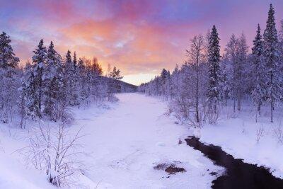 Image Lever de soleil sur une rivière en hiver près Levi, Laponie finlandaise