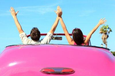 Image Liberté - couple heureux libre dans la voiture