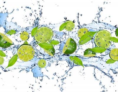 Image Limes fraîches dans les projections d'eau, isolé sur fond blanc