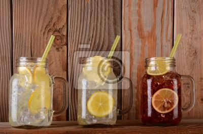Limonade et fruits verres de jus sur le plateau