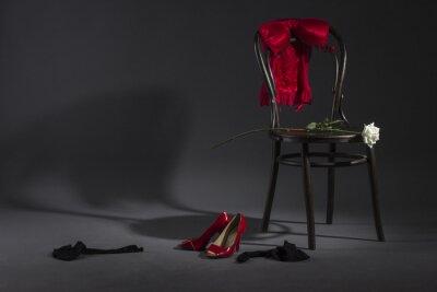 Image Lingerie sexy, des chaussures et une rose blanche sur une chaise rétro.