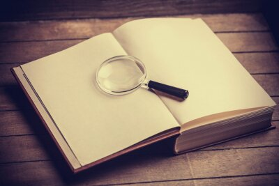 Image Loupa et livre sur la table en bois