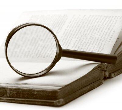 Image Loupe et vieux livre sur le fond blanc