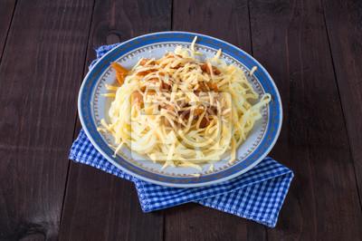 Macaroni et fromage dans un plat sur la table