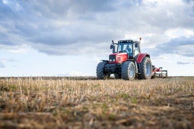 Image Machines agricoles au premier plan effectuant des travaux sur le terrain.