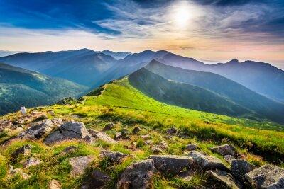 Image Magnifique coucher de soleil dans les montagnes en été