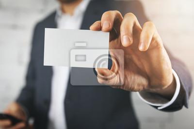 Image main d'homme d'affaires montrant la carte de visite blanc blanc closeup