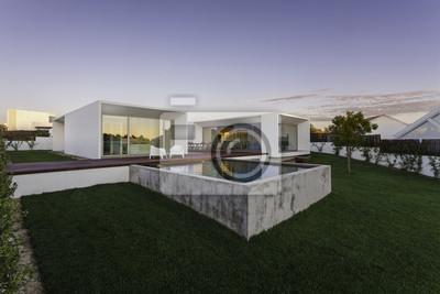 Image: Maison moderne avec piscine dans le jardin et terrasse en bois
