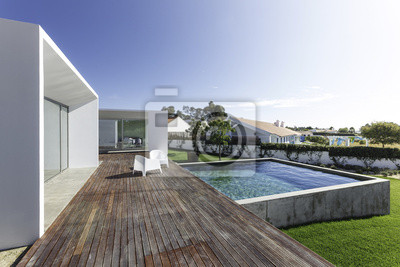 Maison moderne avec piscine dans le jardin et terrasse en bois ...