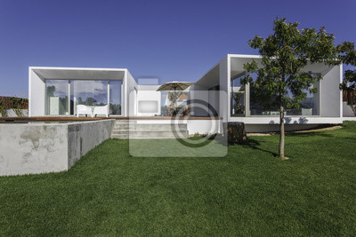Maison Moderne Avec Piscine Dans Le Jardin Et Terrasse En Bois