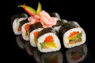 Image Maki sushi servi sur fond noir