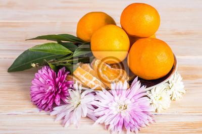 Mandarines, fleurs, bois, fond