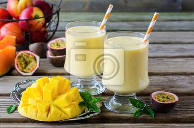 Mangue et fruit de la passion Tropical Smoothie pour le petit déjeuner sain