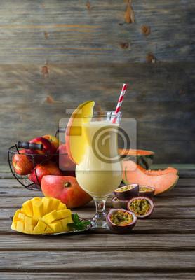 Mangue tropicale, melon, pêche et fruits de la passion de smoothie pour guérir
