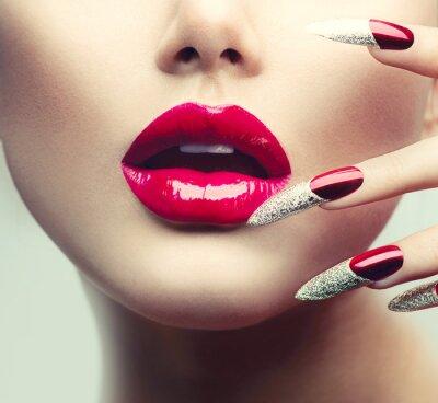 Image Maquillage et manucure. Red longs ongles et les lèvres rouge brillant