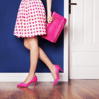 Image Marcher sur le concept, fille habillée en rose