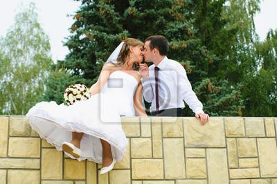 mariage couple s'embrasse et balancent pieds. Tendresse aimer
