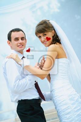 mariage couple sourire avec le coeur rouge dans une main