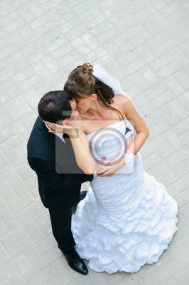 mariage heureux couple debout, embrassant et embrassant