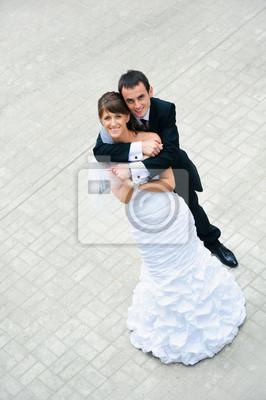 mariage heureux couple debout et embrassant