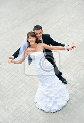 mariage heureux couple debout et tenant par la main