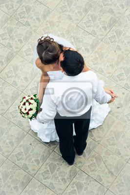 mariage heureux couple debout, les baisers et se tenant la main
