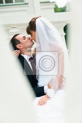 marié embrasse la mariée et le nez de baiser. Love couple