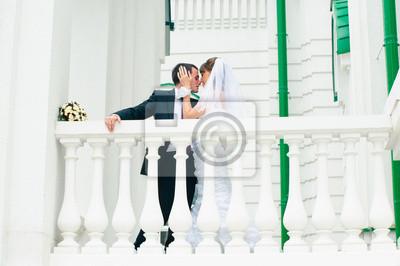 marié mariée embrassant et tendre toucher. Love couple