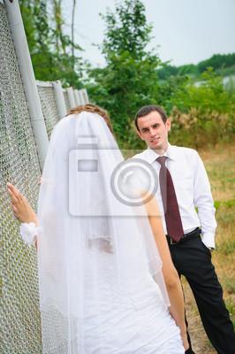 mariée et le marié à regarder les uns les autres