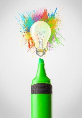 Image Marker close-up avec des éclaboussures de peinture de couleur et ampoule