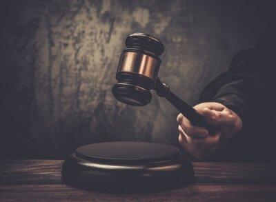 Image Marteau attente du juge sur la table en bois