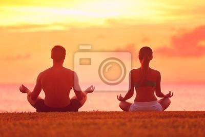 Méditation de yoga quelques méditant sur la plage de coucher du soleil