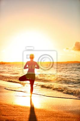 Méditation, femme, pratiquer, Vriksasana, arbre, yoga, pose, plage, Coucher soleil Silhouette sereine jeune adulte dans le soleil du matin éruption équilibrer méditant faire une séance d'entraînement