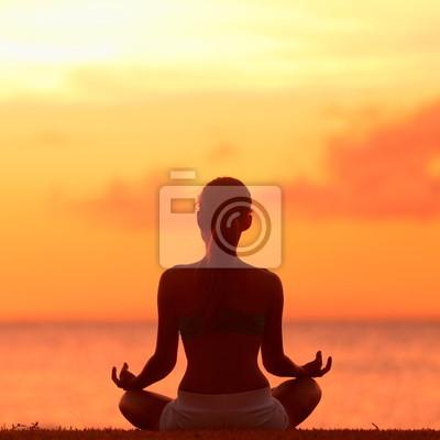 Méditation - Méditer femme de yoga sur la plage de coucher du soleil