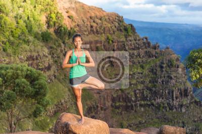 Méditation, yoga, arbre, pose, Kauai, Hawaï, USA Fille de détente sereine dans le paysage étonnant de nature dans le canyon de Waimea.