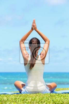 Méditation yoga femme méditant sur la plage