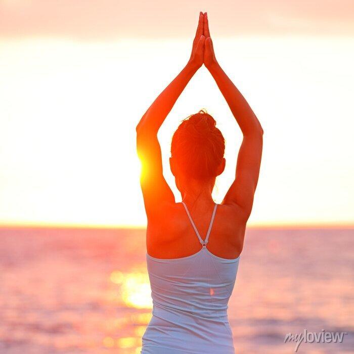 Image Méditation Yoga femme méditant sur la plage de coucher du soleil