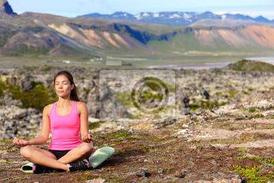 Méditer femme de yoga à la méditation dans la nature