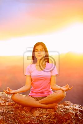Méditer femme de yoga au coucher du soleil dans le Grand Canyon