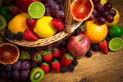 Image Mélanger de fruits frais sur osier repérer la