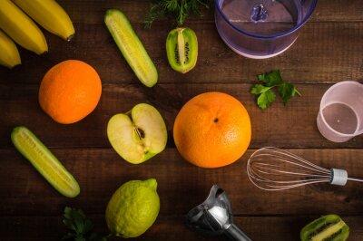 Mélangeur et fruits sur fond en bois